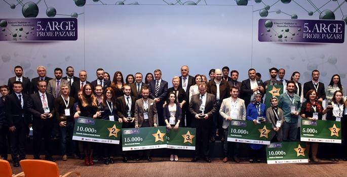 """Türkiye İhracatçılar Meclisi (TİM) koordinatörlüğünde İstanbul Kimyevi Maddeler ve Mamulleri İhracatçıları Birliği (İKMİB), Akdeniz Kimyevi Maddeler ve Mamulleri İhracatçıları Birliği (AKMİB) ortaklığı ve TÜBİTAK desteğiyle gerçekleştirilen """"5. Kimyevi Maddeler ve Mamulleri Sektöründe AR-GE Proje Pazarı"""" ödülleri sahiplerini buldu. (İKMİB - Anadolu Ajansı)"""